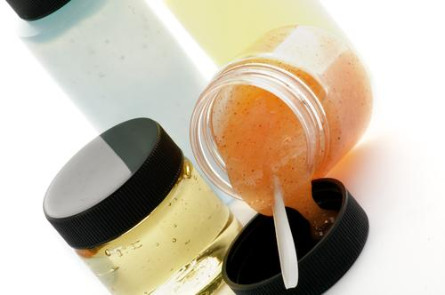 Arrangement of facial cosmetics with microbeads