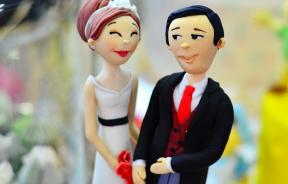 Bride and groom cake figures