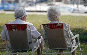69596-seniors-relax-by-the-sea-in-andernos