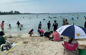 beachgoers-on-south-koreas-most-popular-holiday-island